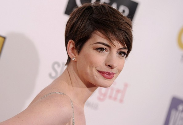 More Pics of Anne Hathaway Berry Lipstick (1 of 10) - Anne Hathaway Lookbook - StyleBistro