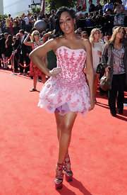 Tichina Arnold paired sky-high pink platform sandals with her cute dress for a totally charming look.