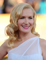 Angela Kinsey wore her hair in big smooth curls at the 18th Annual SAG Awards.