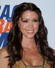 Shannon Elizabeth drew her hair back at the sides and left the rest of her flowing waves fall over her shoulders.