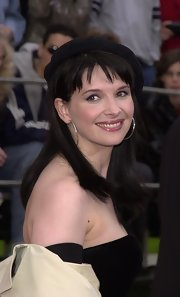 Juliette Binoche looked cute in sterling hoop earrings.