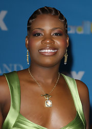 Fantasia Barrino wore a beautiful piece of chain necklace with diamond pendant at the 2004 Billboard Music Awards.