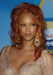 Tyra Banks accessorized her Teen Choice Awards look with chandelier gold earrings. Gorgeous!