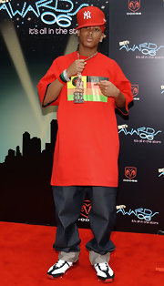Romeo Miller rocked a Yankees baseball cap at the 2006 BET Awards. He paired his hat with a matching red graphic t-shirt.