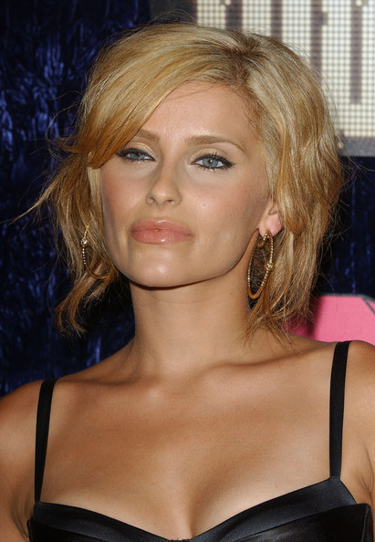 Nelly Furtado attended the 2007 MTV VMAs wearing a short side-parted hairstyle.