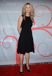 Meg kept things simple by pairing her knee length dress with black peep-toe pumps.