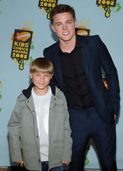 Jesse wore a slim fitted dark blue suit to the Kids' Choice Awards.