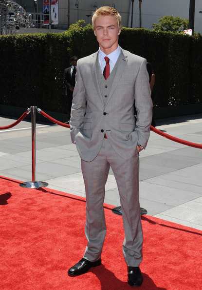 To the Creative Arts Emmy Awards, dancer Derek Hough sported a three-piece gray suit with fetching red tie to match the carpet.