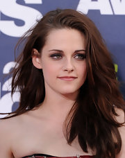 Kristen Stewart wore gunmetal gray shadow and lots of black liner and mascara at the 2011 MTV Movie Awards.