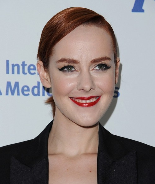 For her beauty look, Jena Malone paired a bold red lip with dark liner.