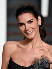 Angie Harmon looked youthful and very pretty with her wavy ponytail at the Vanity Fair Oscar party.