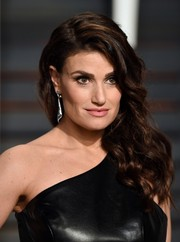 Idina Menzel wore her tresses in a lovely side sweep during the Vanity Fair Oscar party.