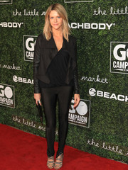 Kaitlin Olson teamed skintight pants with a loose top for the 2017 GO Campaign Gala.