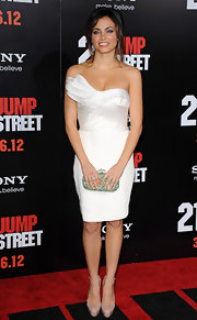 Jenna paired her fitted white cocktail dress with nude platform pumps.