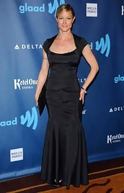 Teri Polo's fitted evening dress showed off her lovely figure and gave her an elegant look on the GLAAD red carpet.