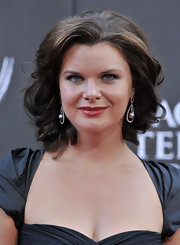 Heather Tom looked gorgeous in medium curls at the Daytime Emmy Awards.
