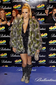 Kesha is covered in feathers in this extravagant coat.