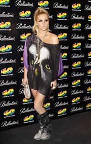 Kesha dons an oversized tee with a graphic owl eye picture and purple sleeves.