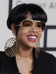 Kelis showed off her short bowl cut while walking the red carpet at the Grammy Awards.