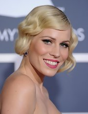 Natasha Bedingfield attended the 53rd Annual Grammy Awards wearing her hair in sleek Marcel waves.