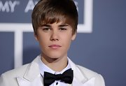 Justin wears a classic black bowtie with his all white suit at the Grammy Awards.