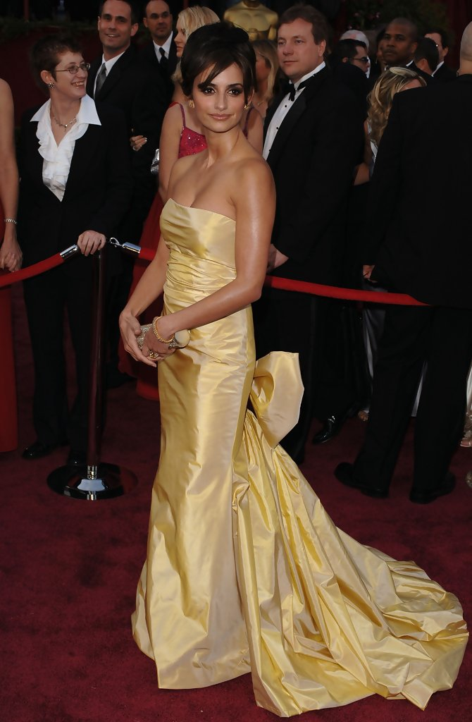 penelope cruz 2005 the best oscar gowns of the decade. Black Bedroom Furniture Sets. Home Design Ideas