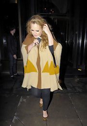 Adele wore an oversized draped sweater cardigan over her leggings while out to dinner.