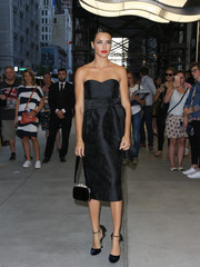 For her bag, Adriana Lima chose a pearl-embellished velvet purse, also by Miu Miu.
