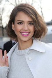 Jessica Alba's pink lipstick totally perked up her beauty look.