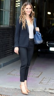 Amanda Byram looked classic and preppy with a navy blazer paired with navy capris.