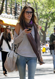 The model looked casual in jeans and a tank top. She completed her ensemble with a dip-dyed, thin purple scarf.