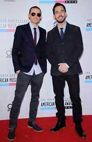 Chester Bennington paired gray skinny pants with a black blazer and striped tie at the 2012 American Music Awards.