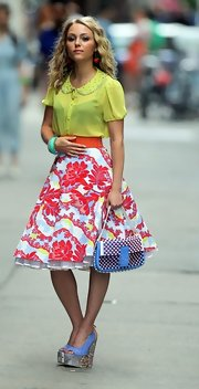 When you play NYC's most fashionable writer, you have to look the part! AnnaSophia Robb nailed Carrie Bradshaw's in-your-face look with this bold printed skirt!
