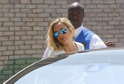 Kate Hudson looked snazzy wearing these mirrored blue aviators by Ray-Ban during Joel Silver's beach party.