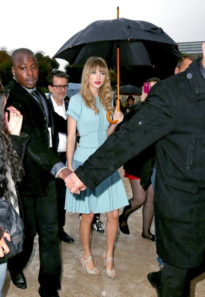 More Pics of Taylor Swift Leather Clutch (1 of 7) - Taylor Swift Lookbook - StyleBistro