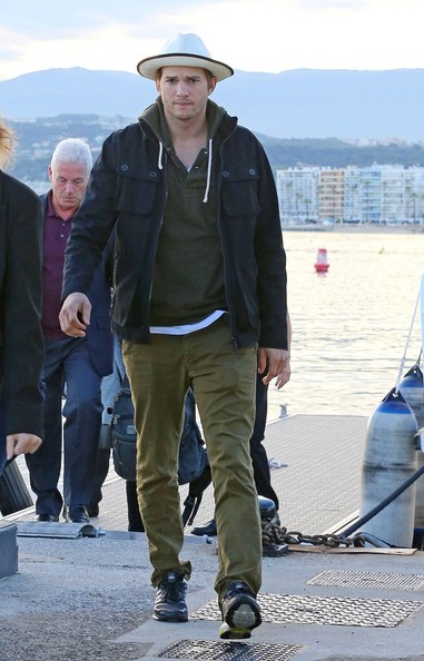 Ashton's forest green chinos were a casual and relaxed choice for the actor.