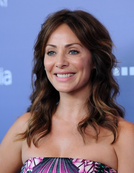 Natalie Imbruglia wore her hair in beachy waves and a center part at the Breakthrough Awards.
