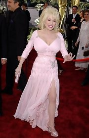 Dolly dazzled in a pink chiffon evening gown at the Academy Awards.