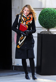 Blake Lively wore this colorful scarf on the set of 'Gossip Girl.'