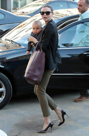 Miranda Kerr showed off her stems in a pair of olive cigarette pants.