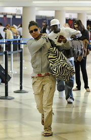 Alicia rushed through the airport in some light cargo pants and sandals.