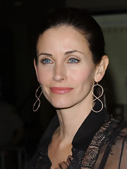 Courteney Cox emphasized her bright blue eyes with soft neutral eyeshadow.