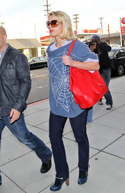 To no ones surprise Britney has stepped out of the house in another interesting outfit, detailed with a spider web and all. Atleast her large red tote adds a nice touch to her ensemble.
