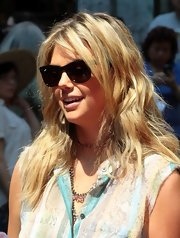 Kate Upton chose a loose, beachy wave for her look on set in New York.