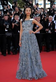 Zoe Saldana's flowing brocade gown with white contrasted sleeves looked totally regal and elegant on the lovely star.