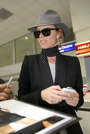 Eva Herzigova traveled in style wearing this gray felt fedora.