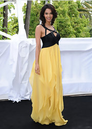 The Brunette beauty paired her color-blocked gown with a side-parted, shoulder length, curly do.
