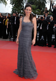 The actress looked stunning in a gray tiered lace Spring 2010 gown with simple accessories.
