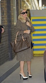 Caprice wore an elegant and sophisticated brown wool coat with fur trim at the neck for her look at the London Studios.