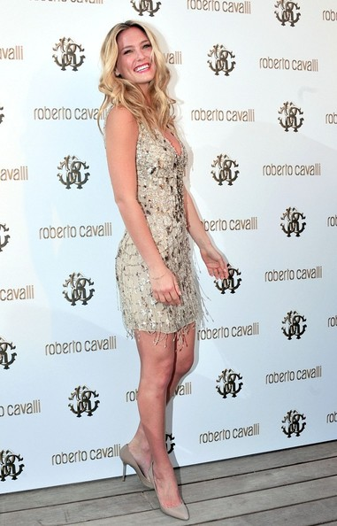 Bar Refaeli finished off her flirty look with pointy taupe pumps.